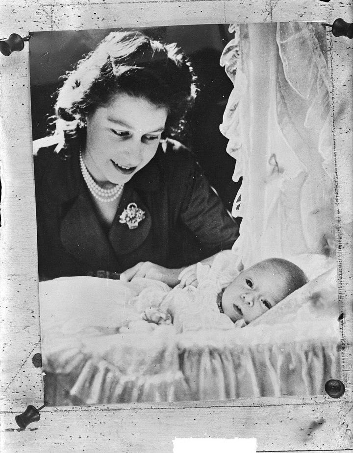 1024px-Prinsen_baby_Charles_prins_van_Wales_Elisabeth_prinses_Bestanddeelnr_903-1660
