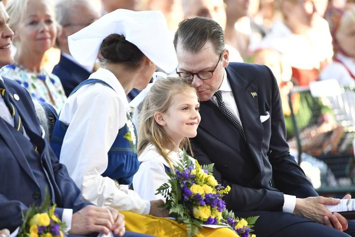 134cae670f7f Prinsessan Madeleine var på plats i Sverige – hon hade boksignering på  slottet tidigare på dagen. Här ser vi henne på Skansen och stilmässigt kan  man spana ...